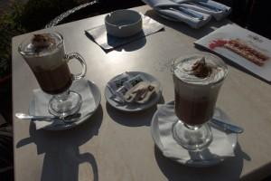 Eine leckere Kaffee-Spezialität auf der Terrasse des legendären Hotel Moskau