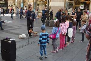Ein Puppenspieler in Belgrad und sein interessiertes Publikum